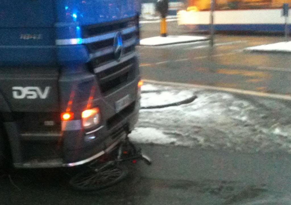 Fahrrad unter Laster (Klick für eine größere Version)