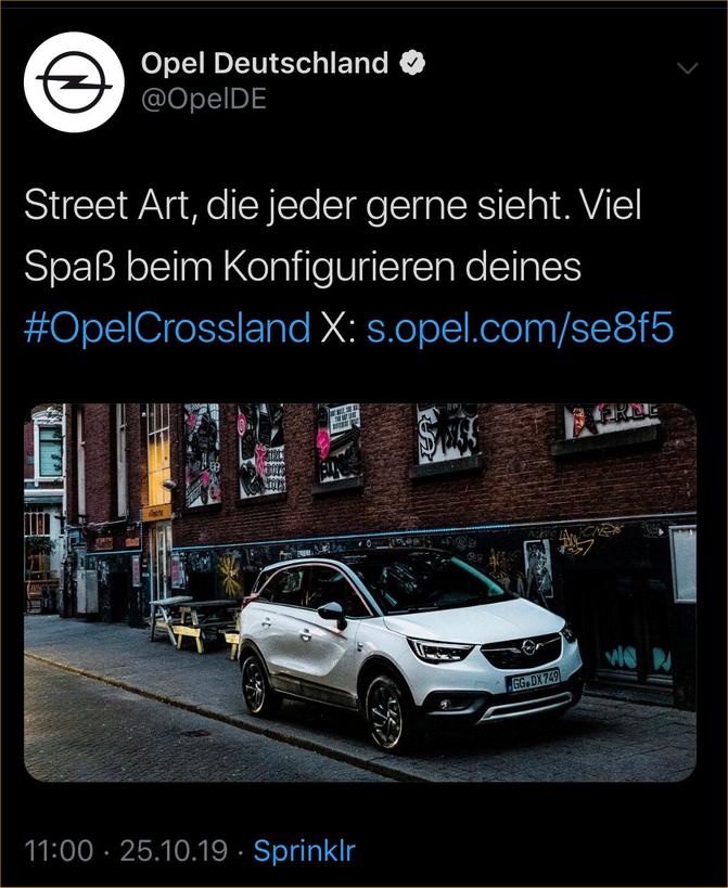 Opel parkt auf dem Fußgängerwweg