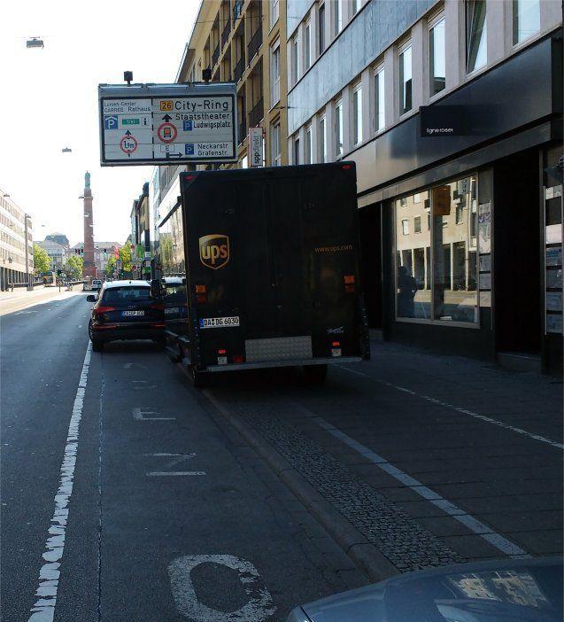 UPS: Wozu in der Ladezone parken, wenn ich auch den Radbeg blockieren kann? Hier haben Radler die Wahl: Auf dem Fußweg fahren oder sich selbst gefährden durch Ausweichen auf die Straße?