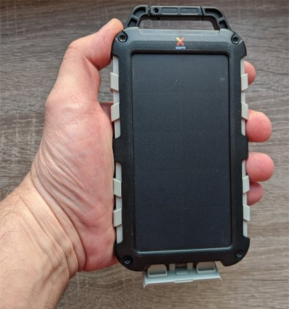 Xtorm_Solar_Charger_Robust_FS305 in der Hand