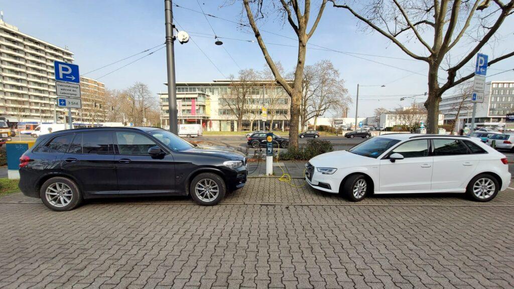 Auf der Suche nach einer Ladestation 1: Rheinstraße -  beide belegt.